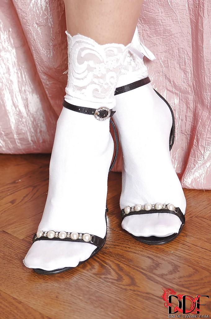 Гибкая гимнастка показывает ножки в носочках