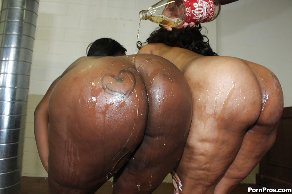 Представительницы слабого пола с пышными формами играются в тюрьме смотреть эротику