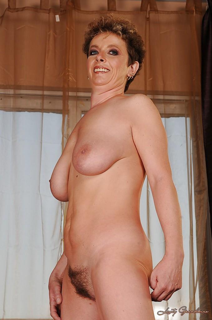 Взрослая тётка обнажает лохматую пизду секс фото
