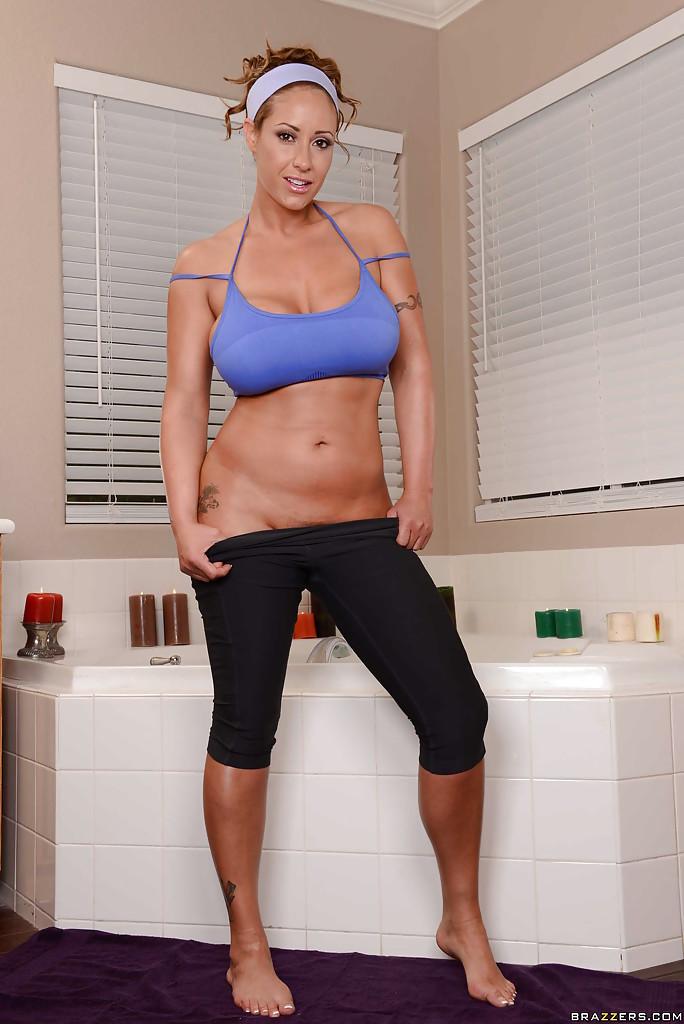 Ласковая домработница принимает пенную ванну