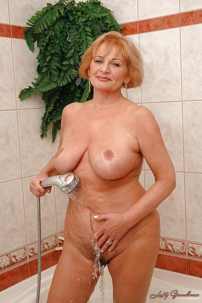 Зрелая давалка принимает прохладный ванную
