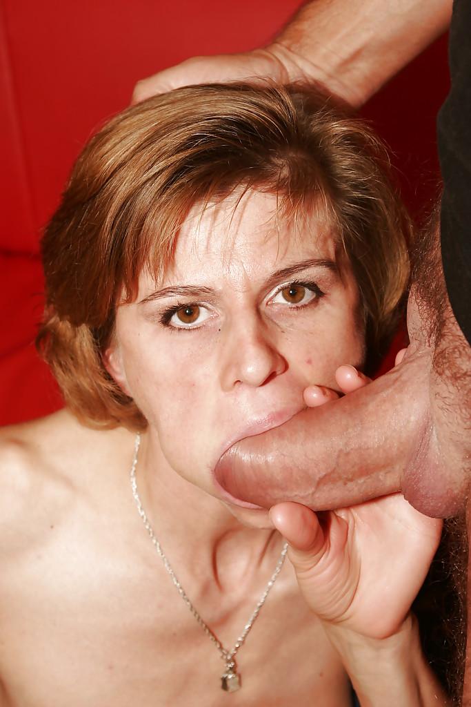 Мужчины по очереди засаживают в рот рыжей бабёнке