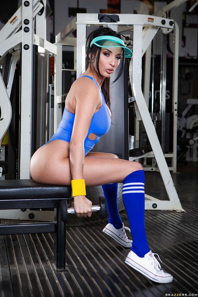 Модель с темными волосами возбудилась на фитнес-тренировке смотреть эротику
