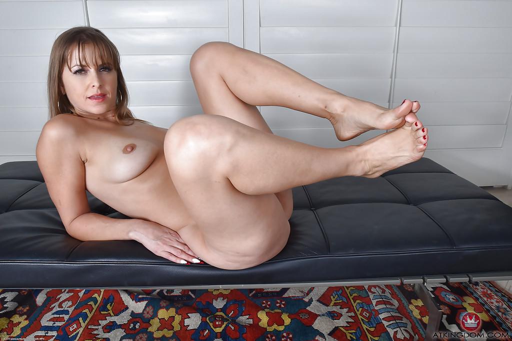 Мамаша в обтягивающем белье демонстрирует ноги и вагину