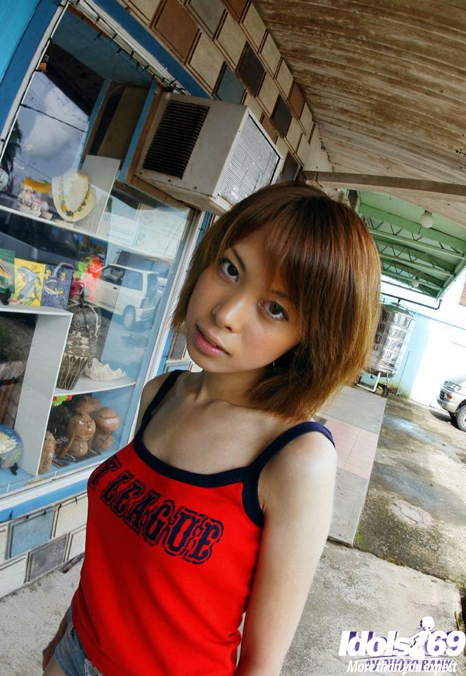 Кореяночка снимает белье на людях
