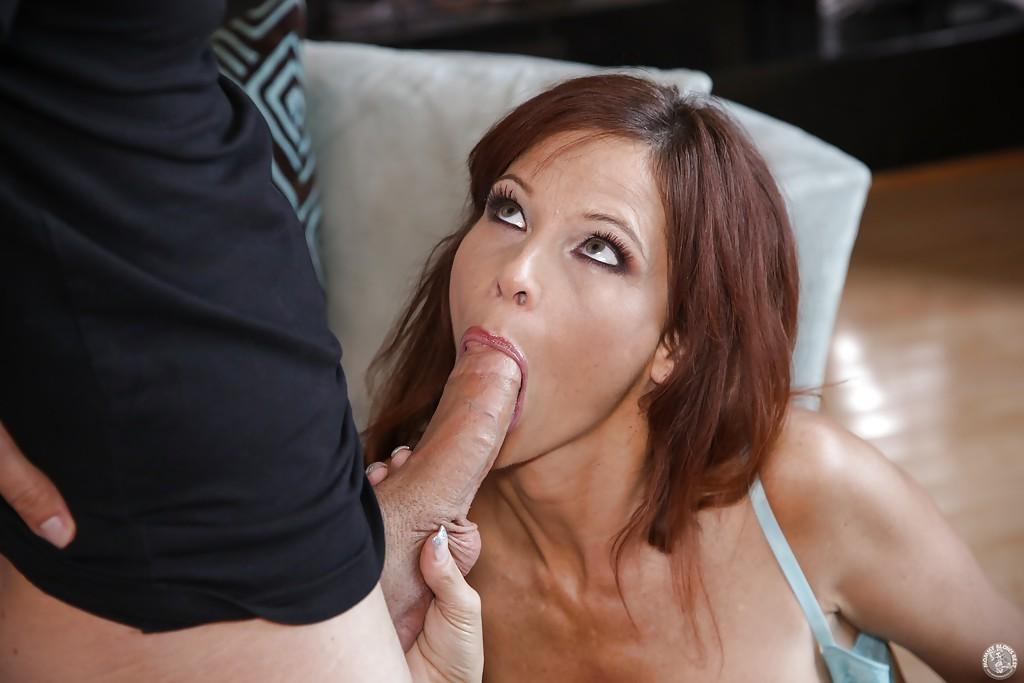 Рыжеволосая мамаша отсосом доказала парнишке, что нужна ему секс фото