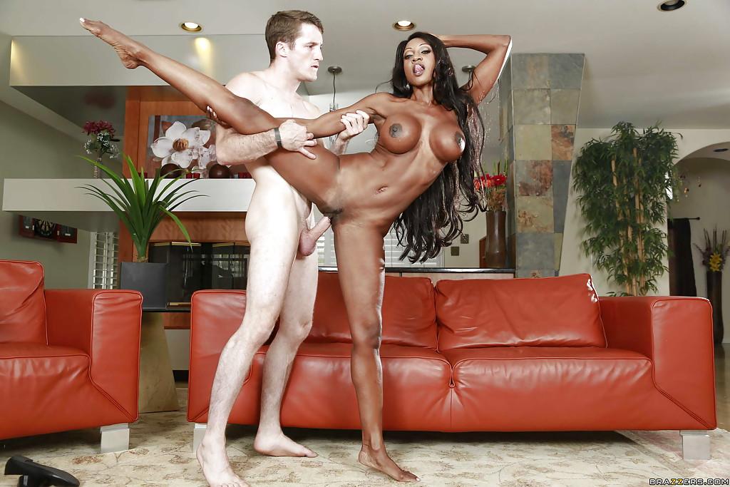 Негритянская балерина возбуждено сношается с танцором