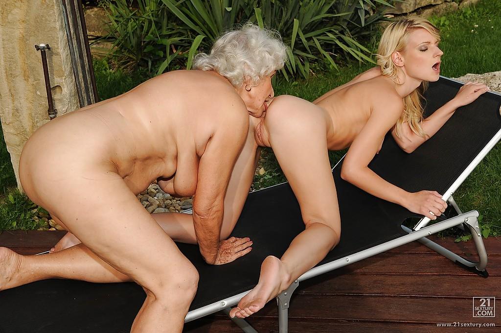 Бабушка и Молодая соседка удовлетворяют друг друга язычками