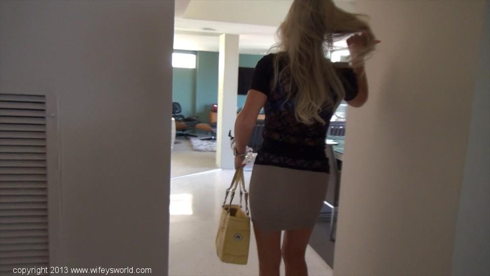 Пышногрудая бизнесвумен ходит по дому в обтягивающей блузке