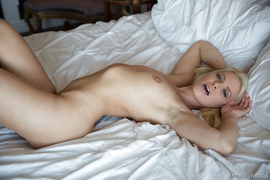 Блондинка умеет разбудить мужчину