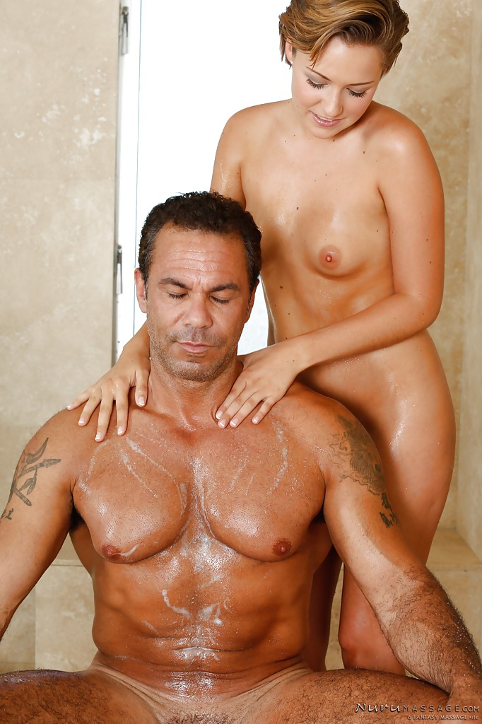 Молоденькая любовница помогает своему мужчине принять душ