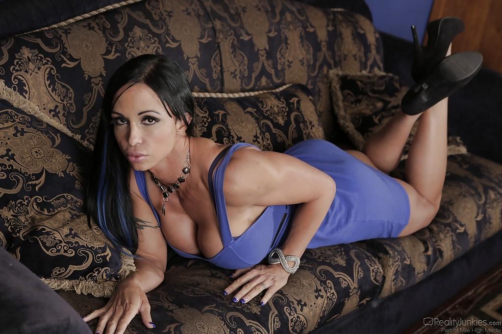 Знатная уборщица стягивает синее платье