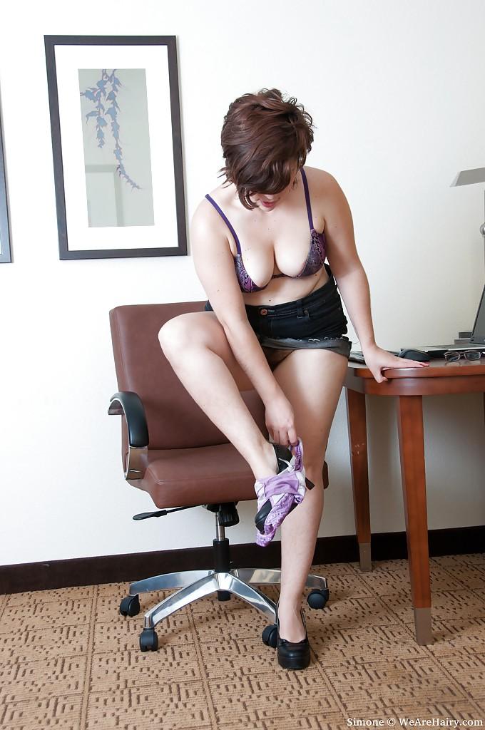Новая сотрудница с лохматым передком сразу влилась в коллектив секс фото