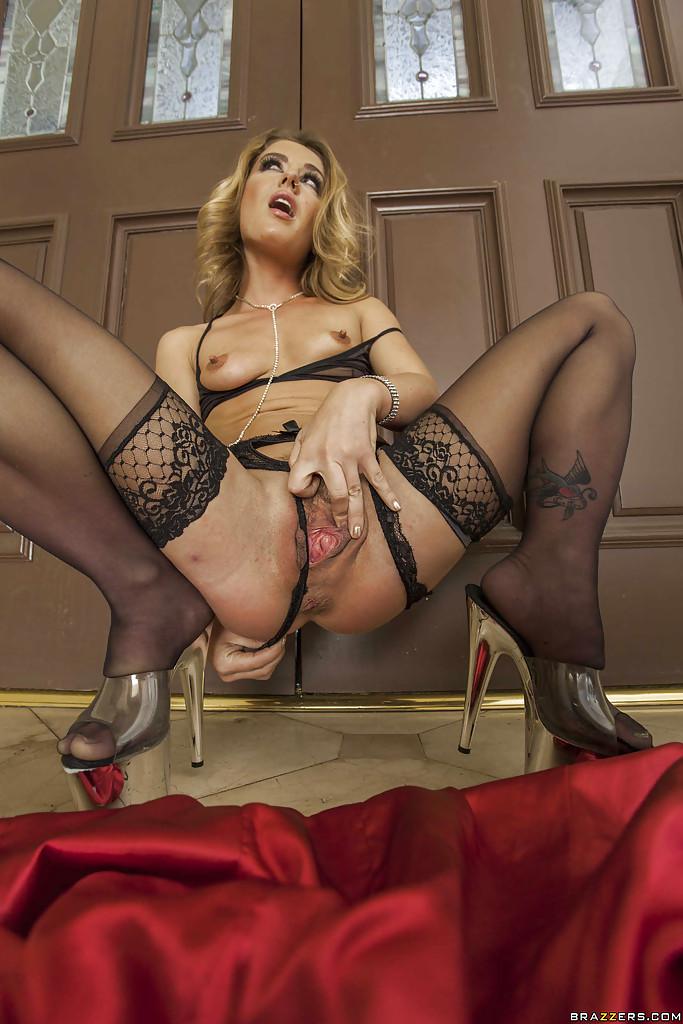 Блондинку в чёрном кружеве жестко наказывают в попку