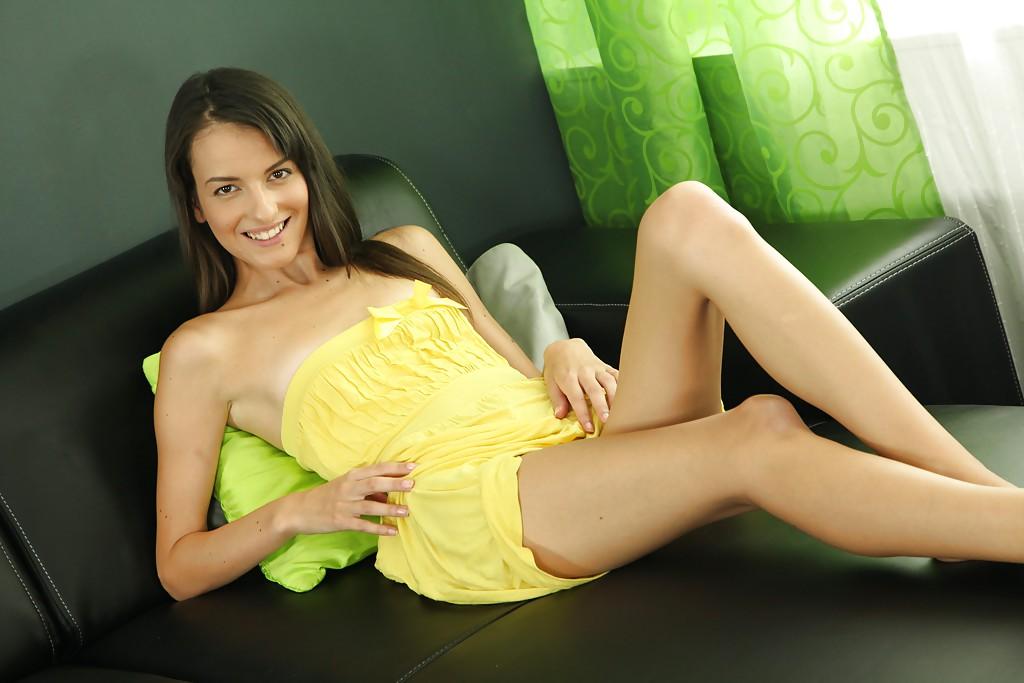 Красотка в жёлтом возбуждающе возбуждает клитор смотреть эротику
