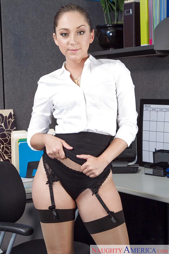 Игривая woman раздевается на работе