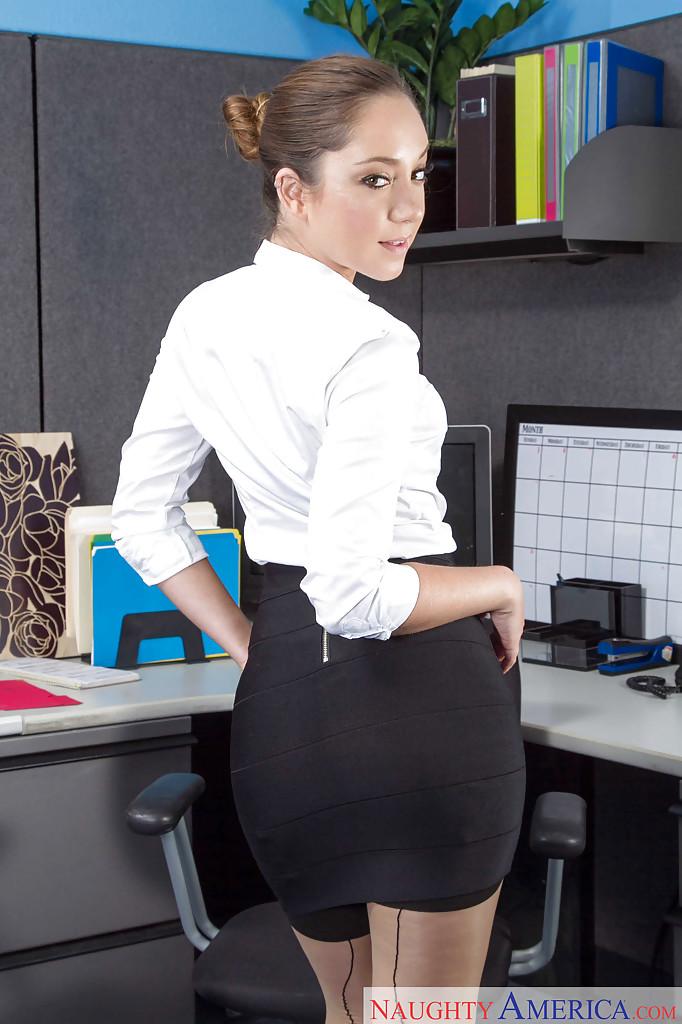 Развратная девушка раздевается на рабочем месте