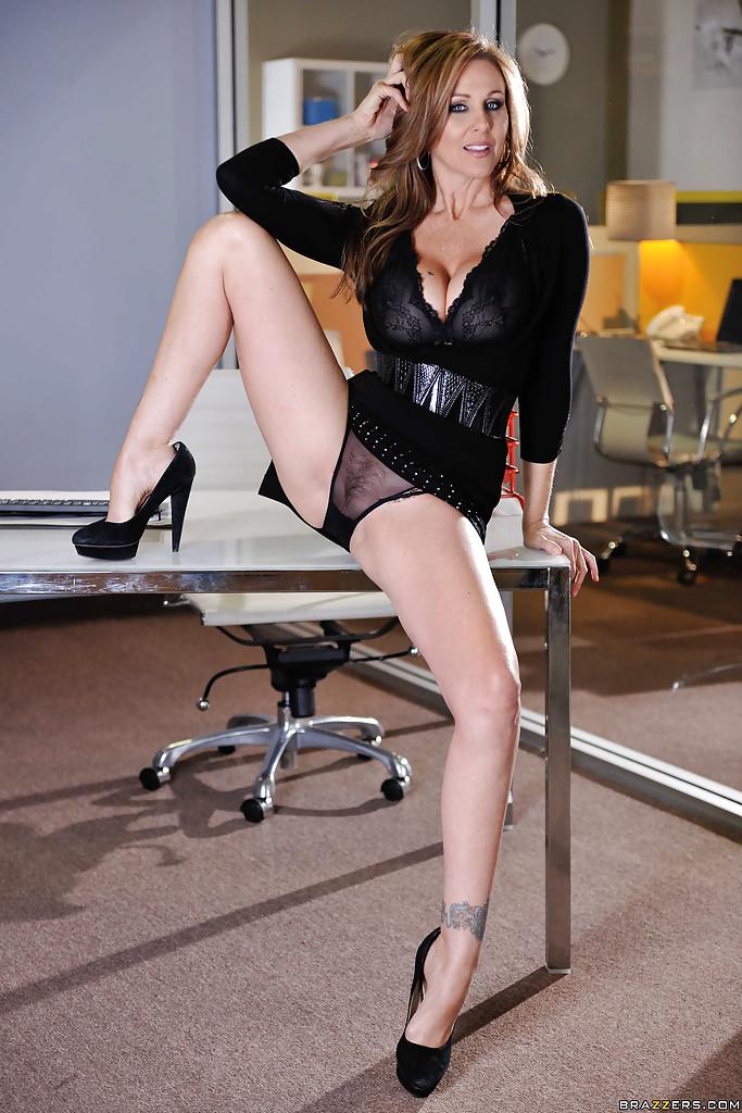 Взрослая секретарша онанирует прямо на рабочем месте