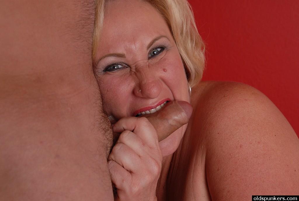 Зрелая дама сосет своему любовнику