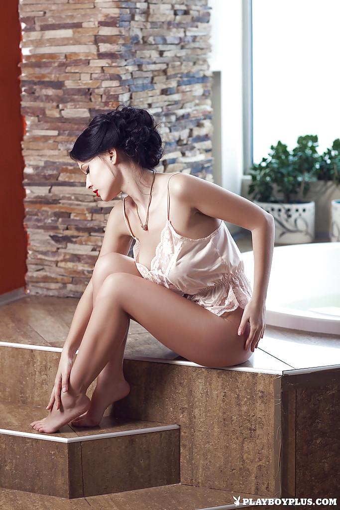 Роковая брюнеточка расслабляется в джакузи с утра