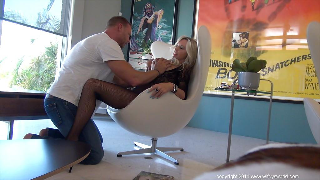 Хитрый режиссёр трахает актрису прямо на рабочем месте киностудии смотреть эротику