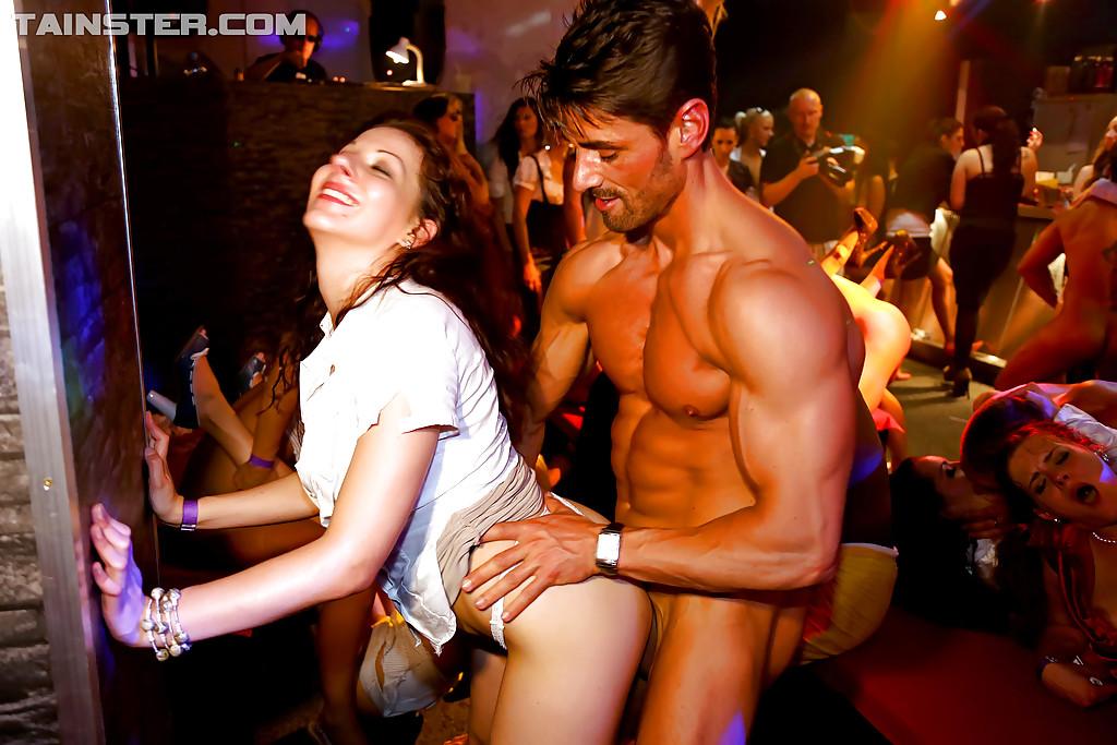 Девки и парнишки ебутся на отвязной секс-вечеринке