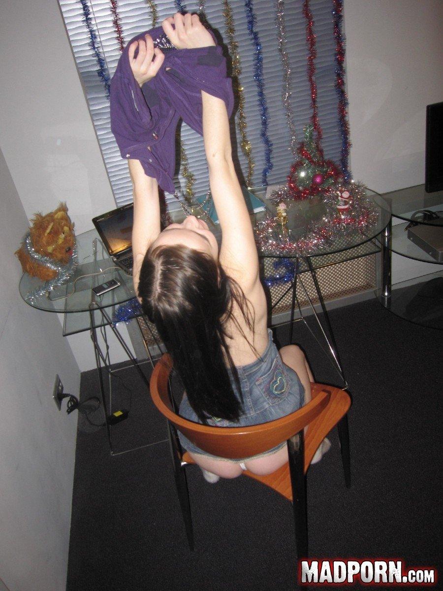 Костлявая давалка стянула с влагалища светлые бикини