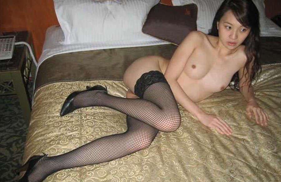 Темноволосая азиатка отдыхает в дорогом отеле