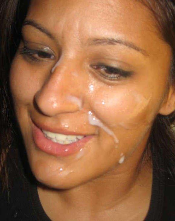 Сперма растекается по коже на женском лице