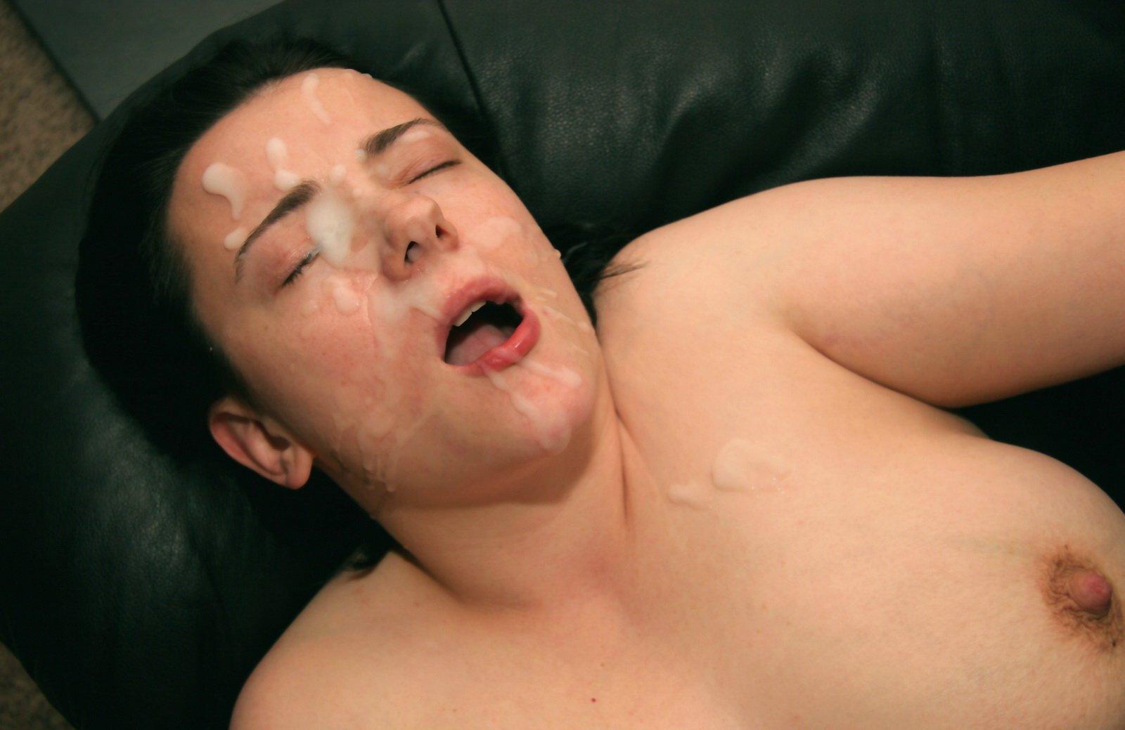 Лежа на спине мама заработала немало кончи на лицо