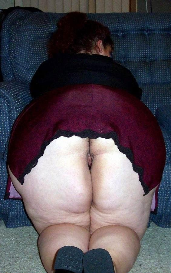 Упитанная мамаша блистает огромными ягодицами повернувшись спиной