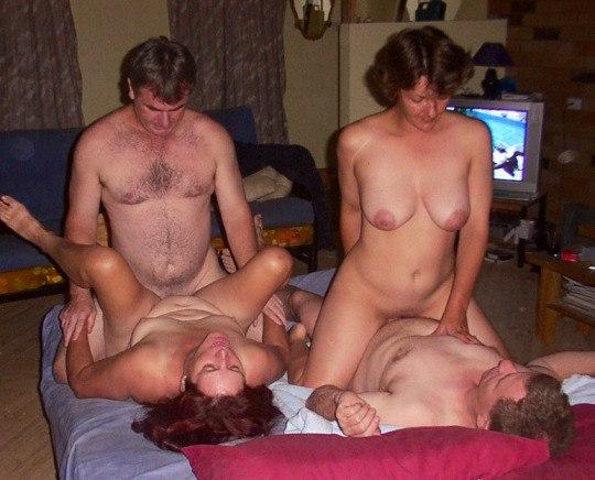 Мамаши не против заниматься дома сексом втроем