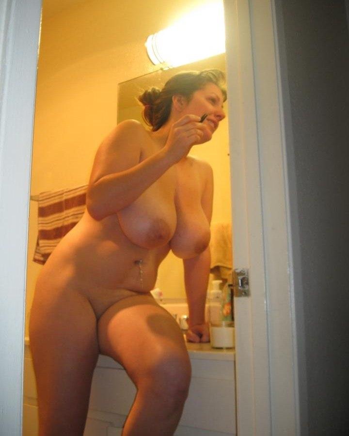 Матерые особы женского пола не боятся в своей комнате засветить пилотку секс фото