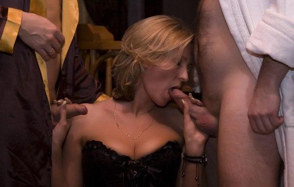 Во время секса втроем марамойки качественно сосут