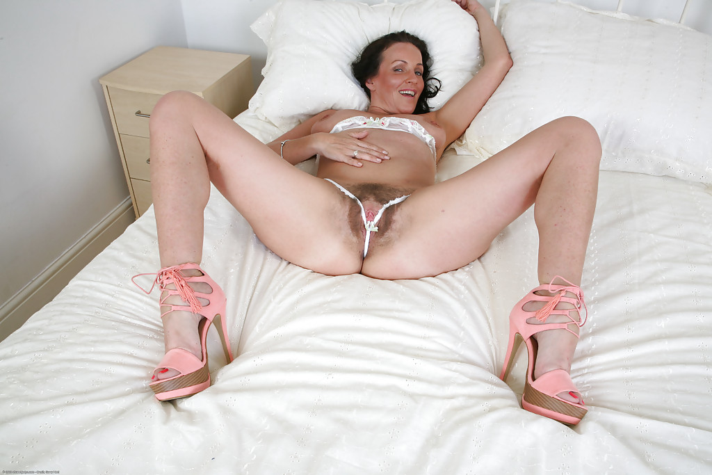 Тетка развлеклась в своей постели