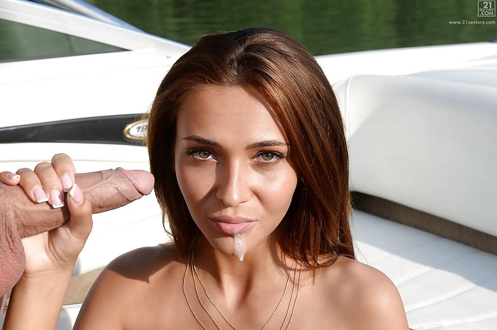 Партнер кончил любовнице в ротик во время прогулки на лодке