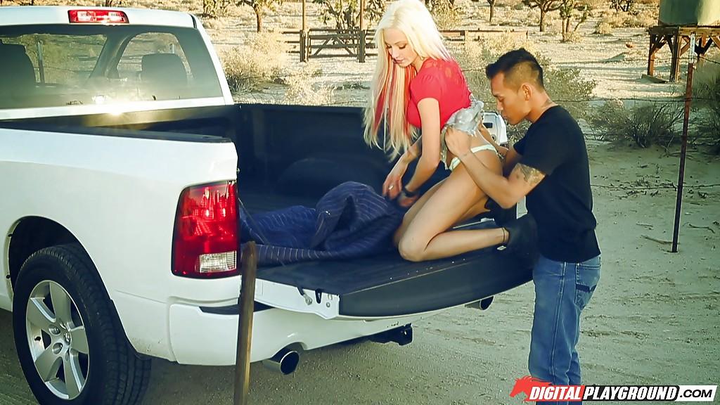 Горячая штучка Rikki Six развлекает азиата в машине