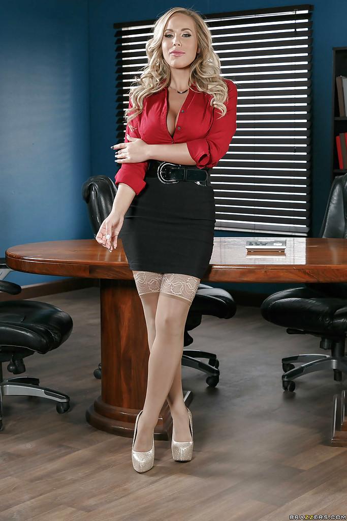 Похотливая коллега Olivia Austin желает своего шефа