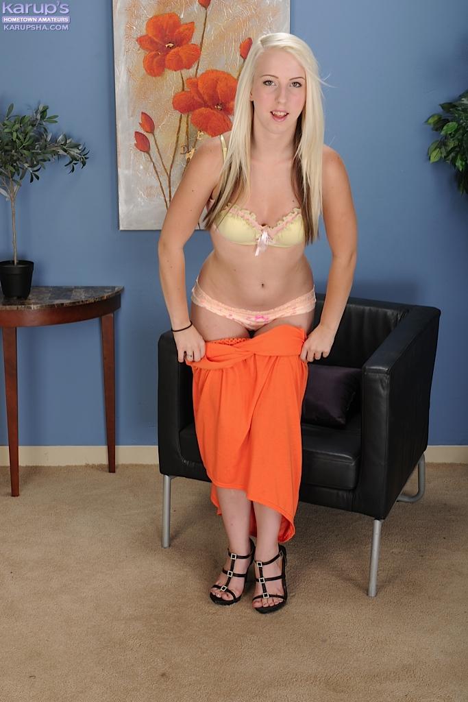 Блондинка в оранжевом платье разделась в офисе