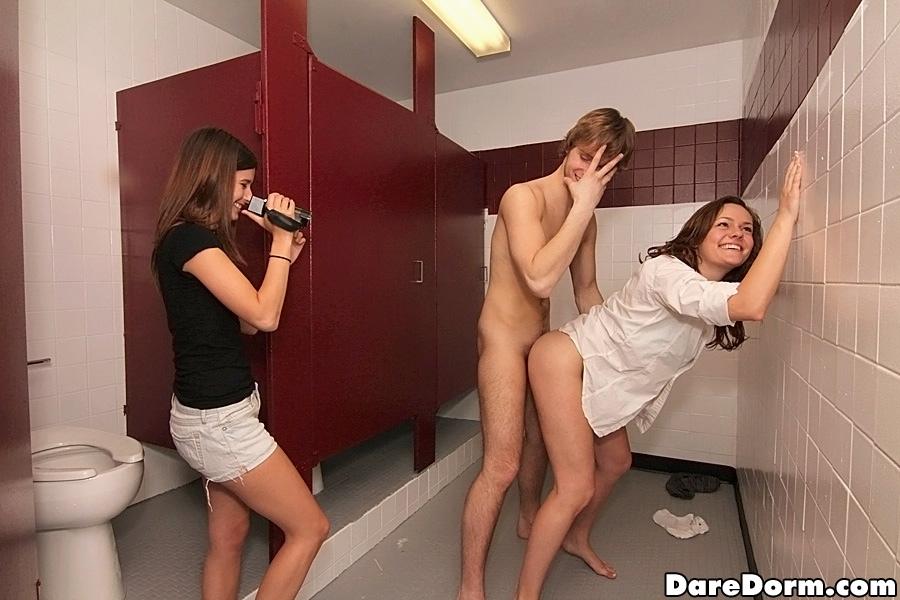 кем смотреть порно застукали в туалете з дрочилкой трахает свою