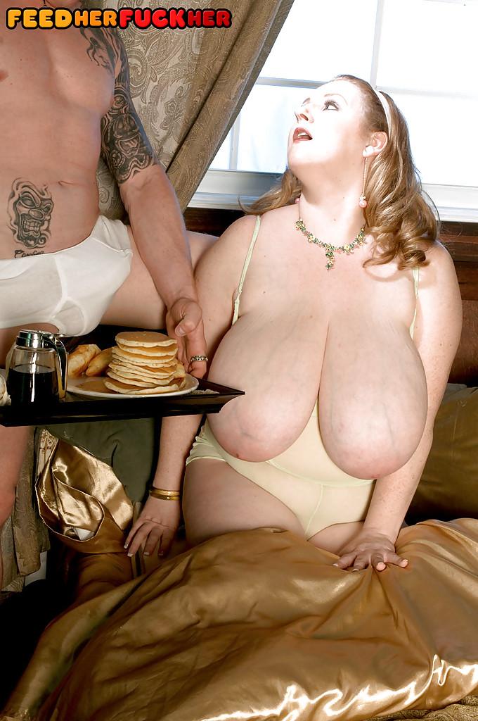 Толстуха ест прямо во время секса