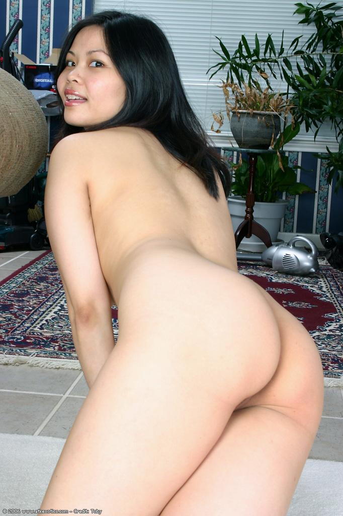 Роскошная азиаточка растопырила половые губки