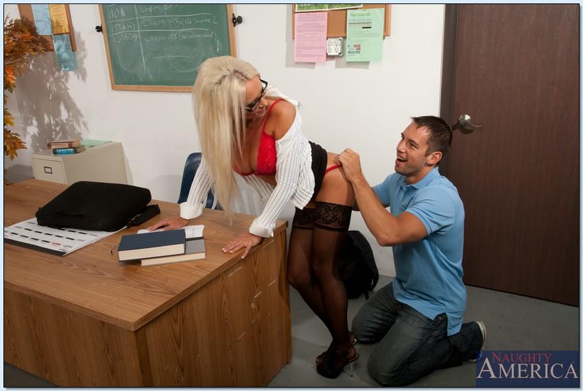 Учительница Diana Doll знает, как помочь студенту