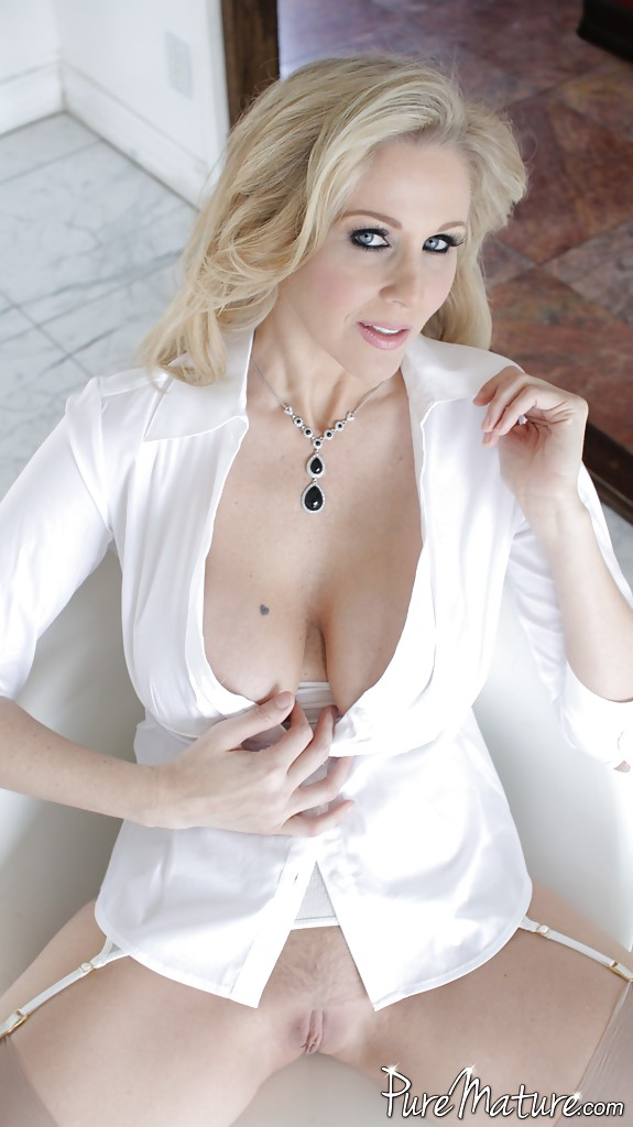 Порно актриса Джулия Энн готовится к съемкам