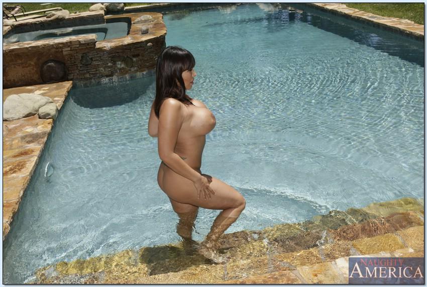 Женушка Ava Devine купается в бассейне