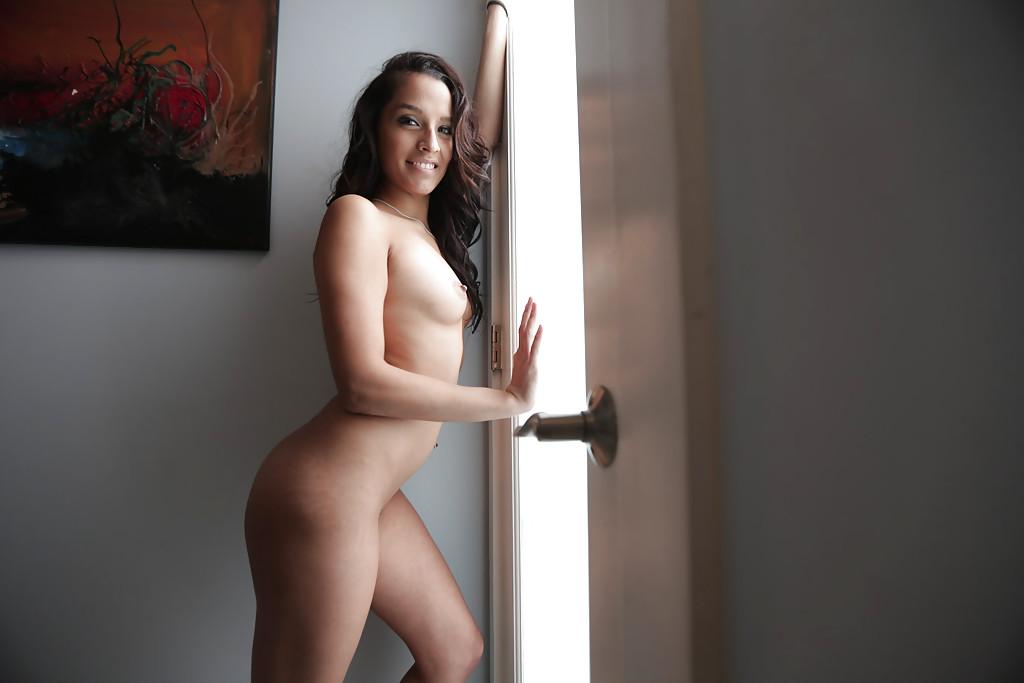 Проститутка с идеальной фигурой направилась в душ