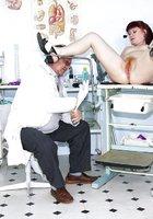 Пожилой гинеколог осмотрел постоянную пациентку 10 фотография