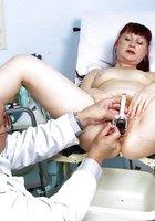 Пожилой гинеколог осмотрел постоянную пациентку 14 фотография