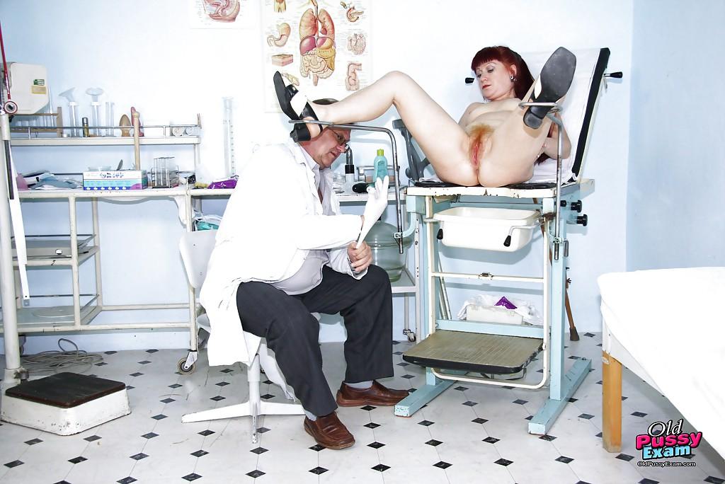 Пожилой гинеколог осмотрел постоянную пациентку