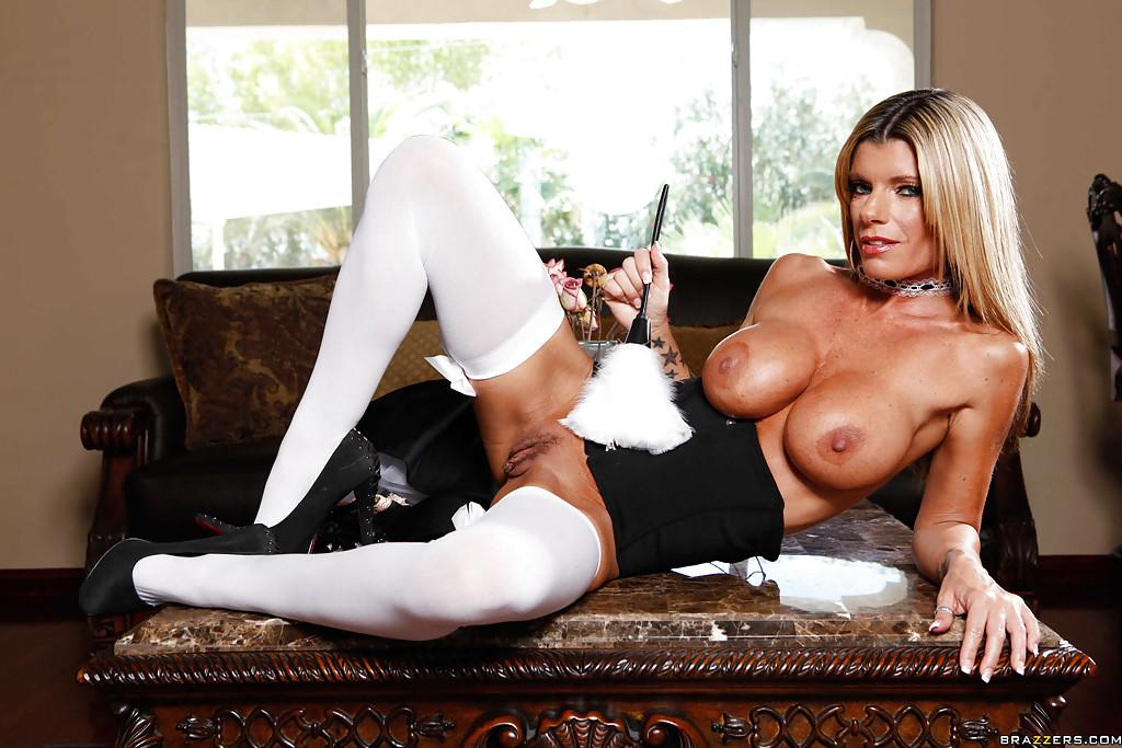 Зрелая прислуга Kristal Summers трахнула себя на столе смотреть эротику